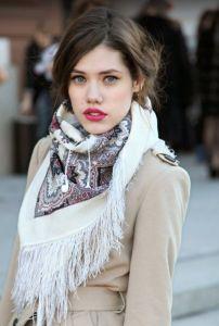 Trojcípý šátek s třásněmi