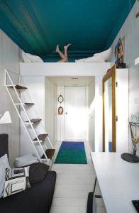 Garsonka - postel v horní části bytu